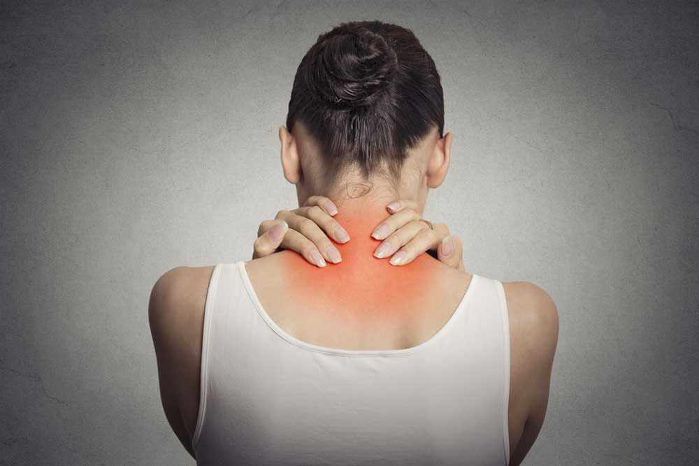 Woman with neck pain needs chiropractic care.